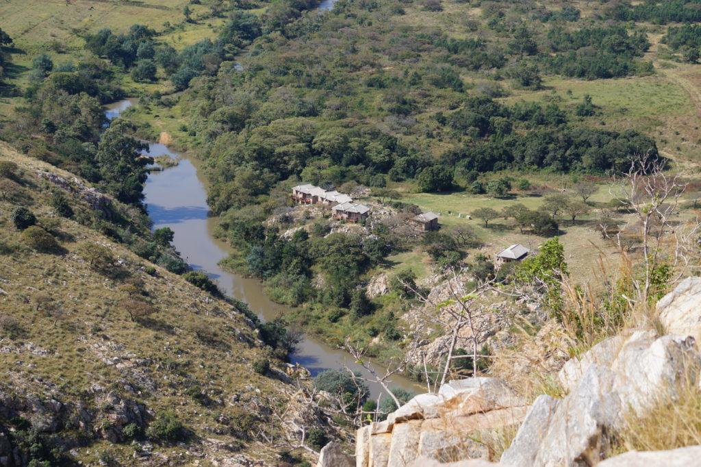 Blick auf die Stein Chalets oberhalb der Mahamba Schlucht im Südwesten von Eswatini