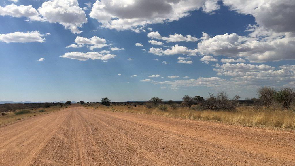 Einmal über die Schotterpiste mit dem Mietwagen ins Unendliche in Südafrika